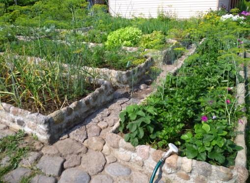 Высокие огородные грядки из камня и кирпича